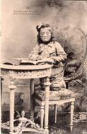 Cpa , Une Jolie Petite Fille Avec Lunettes Déchiffre Un Livre   (14.66) - Enfants