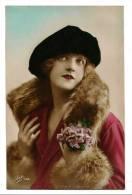 Portrait Elégante Jeune Femme Au Béret - Col & Manches Fourrure Et Bouquet - Carte Colorisée Léo - Ecrite - Femmes