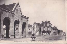 CPA PONTORSON 50 - Les Halles Et La Rue Saint-Michel - Pontorson