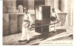 D- 63----LA  BOURBOULE --- Belle  Cpa - Chaise A Porteurs -- A Voir - La Bourboule