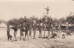 SCOUTISME SCOUTISMO BOY SCOUTS ( CARTE PHOTO )   GYMNASTIQUE  PHOTOGRAPHE DENUC DE MONTPELLIER TRES BON ETAT  ! ! ! - Scoutisme