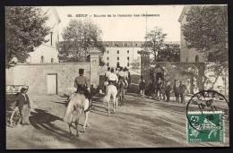 CPA  ANCIENNE- AFRIQUE DU NORD- ALGÉRIE- SÉTIF- ENTRÉE DE LA CASERNE DES CHASEURS- TRES BELLE ANIMATION - Sétif