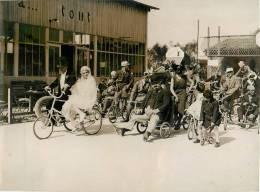 Photo De Presse : Pyramide De Brunoy-91, Mariage Humoristique Sur Vélos De Gervaise ( La Ferme Du Cycle ) - Lieux