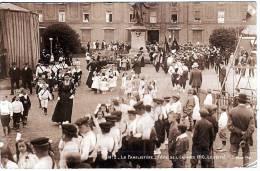 - 02 - GUISE - Le Familistère - Fête De L'Enfance 1910 - Le Défilé- Carte Photo Allemande  - Trés Rare - Guise