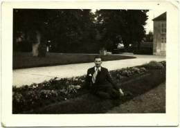 Ancienne Photo Amateur 6x9 N&B (2 Tirages) Togny Jeune Homme Parc De La Mairie CHELLES 77500 Seine Et Marne 1940 WWII - Anonyme Personen
