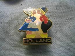 Pin´s Personnages De HOLLANDE Qui S'embrassent - Badges