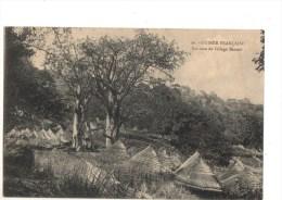 C P A-----BASSARI--------Guinée Française  Un Coin De Village Bassari----voir 2 Scans - Guinée Française