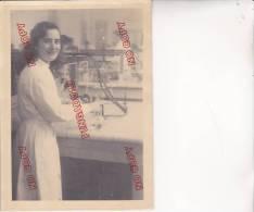 Photo Grand Format Femme Paillasse De Laboratoire Bec Bunsen Chimie ? Médecine ? - Guerre, Militaire