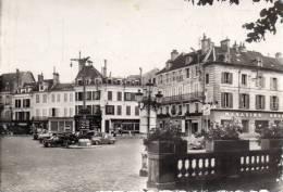 CPSM  -  AVALLON  (89)  LA  PLACE VAUBAN  -  (magasins Réunis, Voitures Anciennes)   Carte Abimée. - Avallon