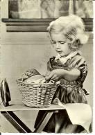 Bambini: Bambina Che Gioca A Strirare. Cartolina Italiana B/n Anni '50 (ferro Da Stiro Giocattolo) - Children
