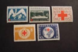 NETHERLANDS  1957  NVPH  695/99  RED CROSS   MNH**   (SUR 108-050) - 1949-1980 (Juliana)
