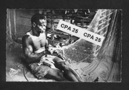 Afrique Noire - Pêcheur Réparant Ses Filets - Non Classés