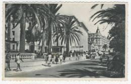 06 - Cannes         Sur La Croisette à La Hauteur Du Palais Des Festivals Et Du Carlton - Cannes