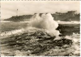 Francia--BIARRITZ--Carta Photo--Effet De Vagues--Dans Le Fond, Le Phare---C.A.P. Nº 175 - Faros