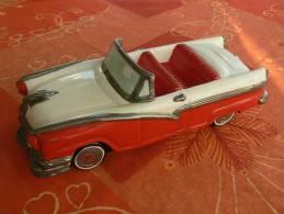 Cadillac d�capotable en c�ramique, superbe dans sa boite d�origine, tr�s rare, d�coration de vitrine