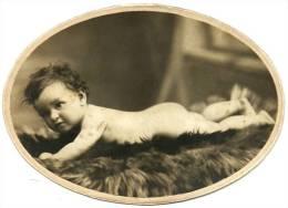 Ancienne Photo Prise En Studio Petite Fille Fillette Nue Bébé Nu Huguette Fourrure Tirage Argentique Sépia Carton Ovale - Personnes Anonymes