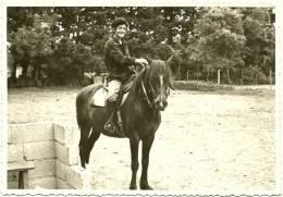 Ancienne Photo Amateur Tirage Argentique N&B 8x12 Cavalière écuyère Jeune Femme En Selle Cheval équitation 1966 - Sport
