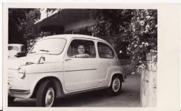 Carte Postale Photo - VOITURE - AUTOMOBILE - FIAT 600 - ITALIE - TRANSPORT - - Voitures De Tourisme