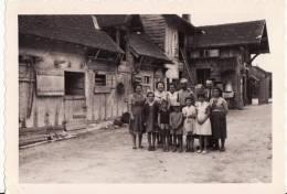 PHOTO 130 X 90mm De PINAY ( Loire ) Groupe De Personnes Centre Du Village -Maison En BOIS - TYPIQUE - VOIR 2 SCANS - - Lieux
