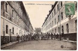 CPA Maubeuge La Cour De La Caserne Joyeuse 59 Nord - Maubeuge