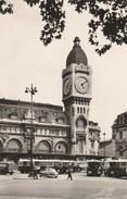 Dép. 75 - Paris 12eme - La Gare De Lyon. Animée. Circulée 1959. Ed. E.R. Véritable Photo Au Bromure. N°117 - Public Transport (surface)