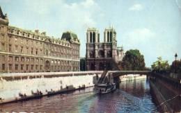 At La Seine - Notre-Dame De Paris