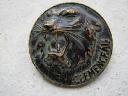 ANCIEN INSIGNE DE LA MARINE NATIONALE LE CLEMENCEAU (VARIANTE) EN BRONZE NOIRCI BON ETAT ARTHUS BERTRAND PARIS + POINCON