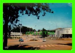 YAOUNDÉ, CAMEROUN - LE BUREAU DE LA POSTE - ANIMÉE DE VIEILLES VOITYRES - IBIS - - Cameroun