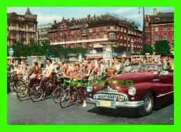 COPENHAGUE, DANEMARK - LA PLACE DE L'HÔTEL DE VILLE, CYCLISTES & OLD CAR IN CLOSE UP - - Danemark