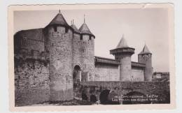 (RECTO / VERSO)  CARCASSONNE EN 1953 - LES FOSSES VUS VERS LE PONT LEVIS - DECHIRURE EN HAUT A DROITE - Carcassonne