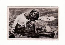 Niger - Bébé Recevant Un Lavement - Nigeria