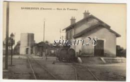 BARBEZIEUX - GARE DU TRAMWAY (WAGON AVEC TONNEAUX) - Autres Communes