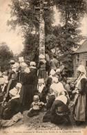 PLOUGASTEL-DAOULAS     Femmes écoutant La Messe à La Croix De La Chapelle Blanche - Plougastel-Daoulas