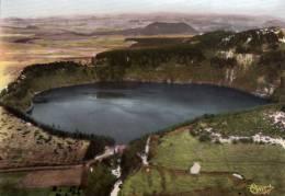 Lac Pavin à Gauche Lac De Bourdouze Au Centre Le Puy De Montcineyre (commune Besse-et-Saint-Anastaise) Bords Ondulés - Besse Et Saint Anastaise