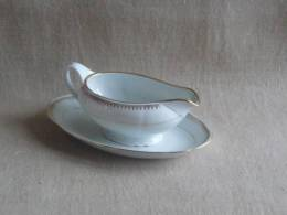 Saucière Et Plateau Porcelaine De Sologne Larchevéque N°7 Ornement Frise Or. Voir Photos. - Unclassified