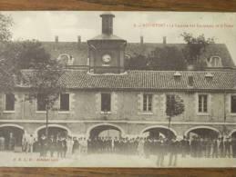 17 - ROCHEFORT - La Caserne Des Equipages De La Flotte (animée - Nombreux Marins...) - Rochefort