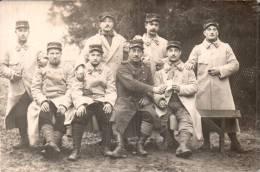 CARTE PHOTO NON IDENTIFIEE REPRESENTANT DES SOLDATS N° 15 SUR LES KEPIS PAS CIRCULEE - Regiments