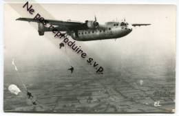 - Photo - Format CPA, Avion Militaire Français, Parachutage, Largages De Parachutistes, Bon état, Scans. - Aviation