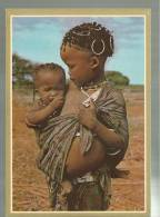 CARTOLINA   AFRICANA AFRICA AFRIQUE  BUSHMAN GIRL LOOKING AFTER BABY SITTER  BOESMANMEISIE PAS VIR KLEINSUS OP - Cartoline