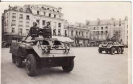 Carte Postale Photo Militaire Français 1939-1945-VEHICULES BLINDES LEGERS Défilé Dans Ville à SITUER à LOCALISER - Guerre 1939-45