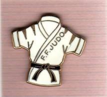 Pin´s  Arthus  Bertrand, Sport  JUDO  F.F. JUDO  Avec  Un  Kimono  Blanc - Judo