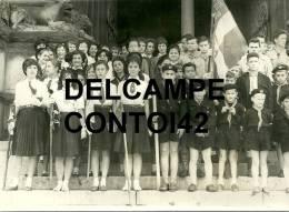 13 ARLES PHOTOGRAPHIE DE PRESSE SCOUT SCOUTISME JEUNESSE ECLAIREURS ECLAIREUSES DRAPEAU EGLISE SAINT TROPHIME - Scoutisme
