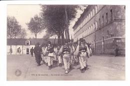 TOURS  --  A La Caserne - Le Retour De L'exercice - Tours
