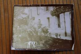 Photo Photographie Ancienne Sépia Papier Très Fin 2 Hommes Et 2 Chien Qui Cherchent ? Devant Une Maison - Photos
