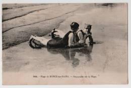 17 : Plage De Ronce-les-Bains - Baigneuses Sur La Plage - Animée - Petites Taches - France
