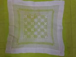 Napperon Rectangulaire  Tres Belle Broderie- Nettoyer    47x44 Cm- - Laces & Cloth