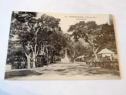Carte Postale Ancienne : TAHITI : PAPEETE : L´Avenue Bruat - Polynésie Française