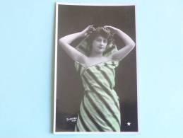 Femme à La Robe Rayée - SAZERAC Photo - Femmes