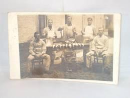 Photo Carte. Cuisiniers Des Sous Officiers. La Classe. Servir Chaud . Cachet Brugge 1912 - War, Military