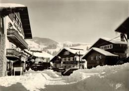 CPSM  MEGEVE Un Coin Du Village Avec La Route De Rochebrune  Et Le Mont Blanc - Megève